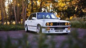 Rivne, Ucrânia - 7 de julho de 2018: Oldtimer retro clássico idoso original dos outdors de BMW M3 e30, das rodas do esporte, tunn imagem de stock royalty free