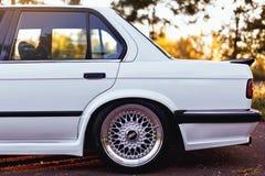 Rivne, Ucrânia - 7 de julho de 2018: Oldtimer retro clássico idoso original dos outdors de BMW M3 e30, das rodas do esporte, tunn imagem de stock