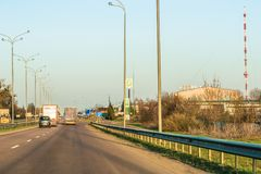 Rivne, Ukraine - 9 avril 2018 : Fragment de la M-route internationale ukrainienne de route, Kiev se reliant avec le Hongrois Images stock