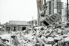 Rivning av byggnader i stads- miljöer Royaltyfri Bild