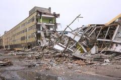 Rivning av den gamla fabriksbyggnaden Royaltyfria Bilder