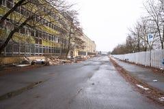 Rivning av den gamla fabriksbyggnaden Arkivfoton
