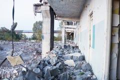 Rivning av den gamla fabriksbyggnaden Royaltyfri Fotografi
