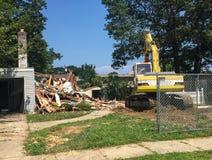 Rivning av det förorts- huset med bulldozern Arkivbilder
