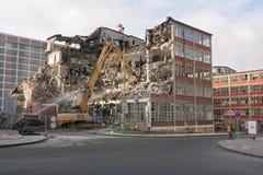 Rivning av en byggnad Arkivfoto