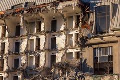 Rivning av en byggnad förstörelse i en bostads- stads- fjärdedel arkivfoto