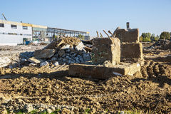 Rivning av en fabriksbyggnad Royaltyfria Bilder