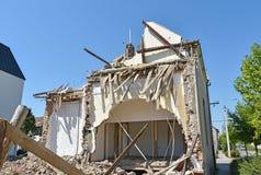 Rivning av en gammal byggnad i staden Royaltyfria Foton