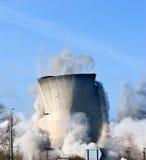 Rivning av en kraftverk Arkivbild