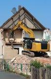 Rivning av ett hus med en chain grävskopa Royaltyfri Fotografi