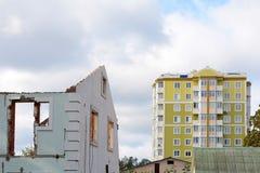 Rivning av gamla byggnader för nybyggen Begreppet av byggnadsmång--våning byggnader och hus Arkivfoto