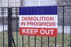 Rivningtecken på staketet på ingången för konstruktionsbyggnadsplats Royaltyfria Foton