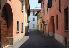 Rivolta d `阿达河克雷莫纳,意大利:老街道 库存照片