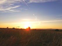 Rivolti il fieno la balla nel tramonto immagini stock libere da diritti