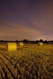 Rivolti il fieno le barre alla notte Fotografia Stock Libera da Diritti