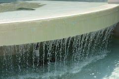 Rivulets падения воды от края фонтана стоковые фотографии rf