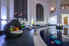 Rixos Królewski zdrój nowożytnego wewnętrznego projekt z architektura wystrojem, wielkim basenem i wysokimi sufitami, Iluminujący zdjęcie royalty free