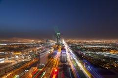 Riyadh horizon bij nacht, gezoem in feite royalty-vrije stock afbeeldingen