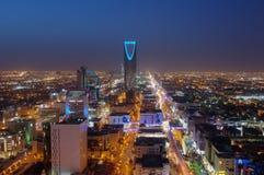 Riyadh linia horyzontu przy nocą, pokazuje królestwa wierza zdjęcia stock