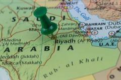 Riyadh op een kaart van Saudi-Arabië met een groene speld wordt gespeld, kleur van Saoedi-arabische vlag die Royalty-vrije Stock Foto