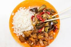 Riz asiatique avec le poulet et les légumes dans le teriyaki de la sauce aigre-doux Photographie stock libre de droits