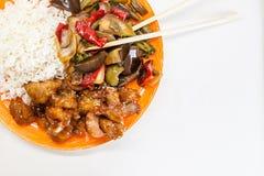 Riz asiatique avec le poulet et les légumes dans le teriyaki de la sauce aigre-doux Image libre de droits