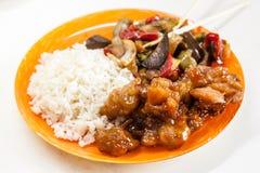 Riz asiatique avec le poulet et les légumes dans le teriyaki de la sauce aigre-doux Image stock