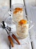 Riz au lait avec des abricots photos libres de droits