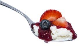 Riz au lait avec des fruits sur une cuillère Photos libres de droits