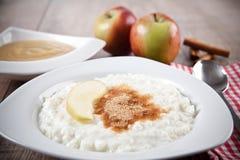 Riz au lait avec la compote de cannelle et de pommes Image libre de droits