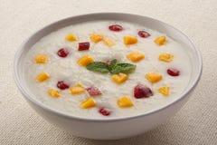 Riz au lait avec la mangue, miel Déjeuner sain Photographie stock