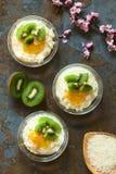 Riz au lait avec le kiwi et la confiture d'oranges Photographie stock libre de droits
