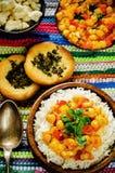 Riz avec des pois chiches de cari avec les légumes et le pain plat arabe Photos libres de droits
