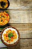 Riz avec des pois chiches de cari avec les légumes et le pain plat arabe Photographie stock libre de droits