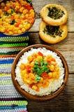 Riz avec des pois chiches de cari avec les légumes et le pain plat arabe Images libres de droits