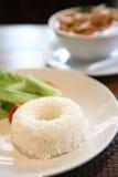 Riz avec du potage épicé traditionnel thaï de crevette rose Photos stock