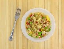 Riz avec le poulet et les légumes dans une cuvette Photos libres de droits