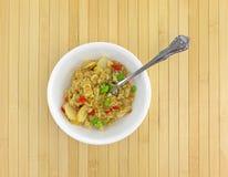 Riz avec le poulet et les légumes dans une cuvette blanche Photos libres de droits
