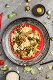 Riz avec les épices et l'oeuf au plat avec les légumes et la viande photo libre de droits
