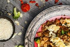 Riz avec les épices et l'oeuf au plat avec les légumes et la viande photo stock