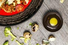 Riz avec les épices et l'oeuf au plat avec les légumes et la viande Image libre de droits