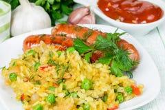 Riz avec les saucisses grillées Images stock