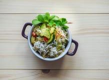 Riz blanc avec une garniture de courgette avec des légumes Photo libre de droits