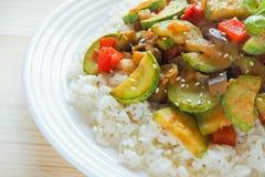 Riz blanc avec une garniture de courgette avec des légumes Photos libres de droits