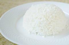Riz blanc cuit à la vapeur de Jasmin Rice avec la fourchette du plat blanc photos stock