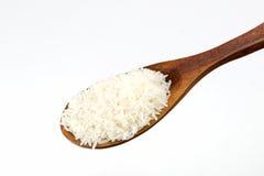 Riz blanc dans la cuillère en bois Photo stock
