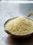 Riz blanc dans la cuvette de cuivre indienne photo stock