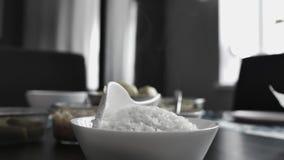 Riz blanc dans un plat et une vapeur banque de vidéos