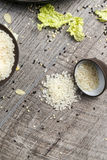 Riz blanc dans un plat noir sur un fond en bois, procédé de cuisson photos stock