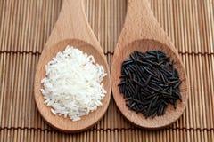 Riz blanc et zizanie dans cuillères en bois Image libre de droits